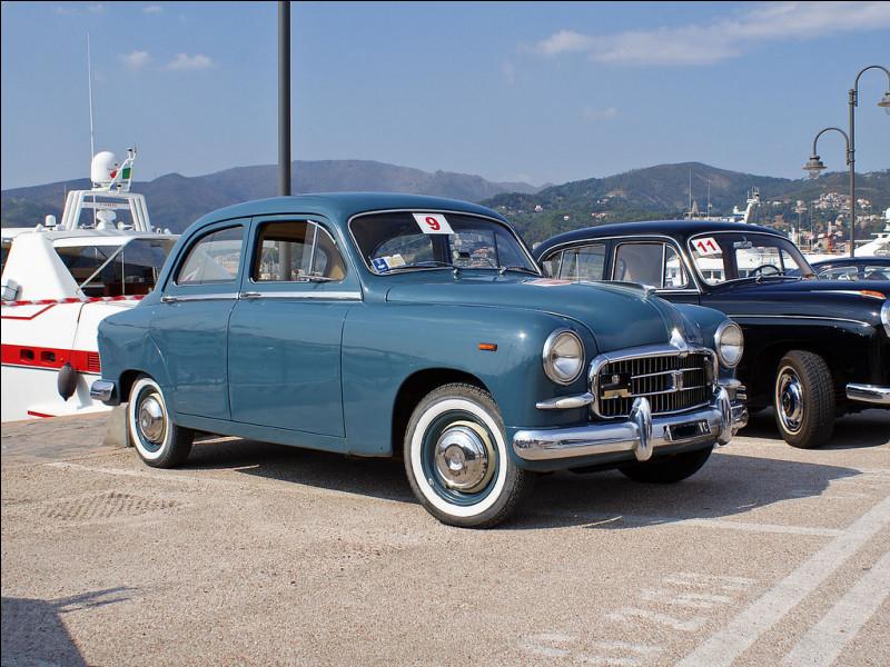 Cette berline haut de gamme est la première automobile de sa marque à adopter une caisse autoporteuse. Quelle est cette voiture ?