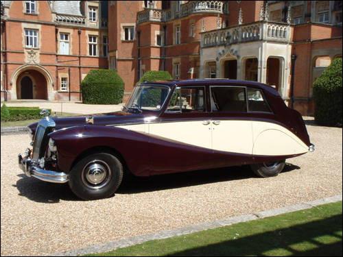 Cette limousine aux courbes généreuses concurrence la Rolls-Royce Silver Wraith. Et elle est encore plus rare que sa rivale. Pouvez-vous donner son nom ?