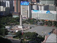 Pour la dernière question, restons en Chine, plus précisément à Ürümqi, la capitale de la région autonome ouïghoure du Xinjiang. Le 17 juin 2008, la Place du Peuple est le lieu de départ de la flamme sacrée lors du relais de la flamme des Jeux olympiques d'été de 2008.