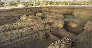 En quelle année a été découvert le site archéologique de Sarazm, situé au Tadjikistan et datant du quatrième millénaire avant Jésus-Christ ?