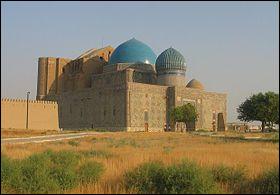 Passons au Kazakhstan : quelle est la particularité du mausolée de Khoja Ahmed Yasavi, situé à Turkestan ?