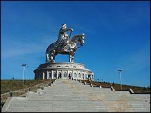 Quel est le poids de l'imposante statue équestre de Gengis Khan, située en Mongolie ?