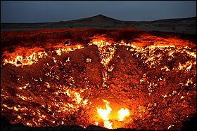Allons maintenant dans un lieu très insolite appelé la Porte de l'Enfer situé au Turkménistan. Quelle est l'histoire de cet endroit assez étrange ?