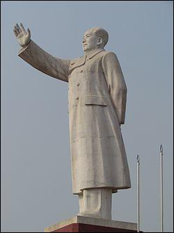 Direction la Chine, à Kachgar, ville de la région autonome ouïghoure du Xinjiang (ou Turkestan chinois). Quelle est la hauteur de l'une des dernières grandes statues de Mao Zedong en Chine ?