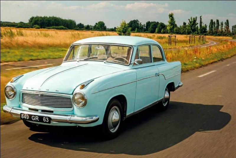 Cette voiture, qui fut fabriquée sous deux marques différentes, cachait sous son capot un quatre cylindres à plat. Quel nom peut avoir ce modèle méconnu ?