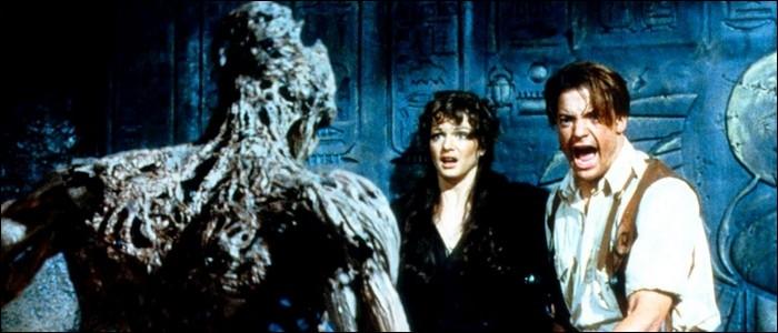 Dans «La Momie» de Stephen Sommers, comment Evelyn Carnahan et Rick O'Connell réveillent-ils la momie Imhotep ?