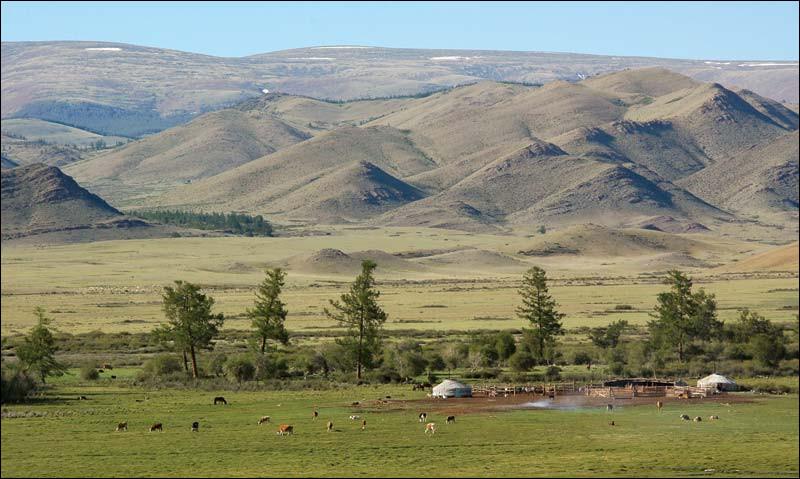 Quelle chaîne de montagnes d'Asie centrale, s'étendant sur quatre pays, borde la partie occidentale du Touva ?
