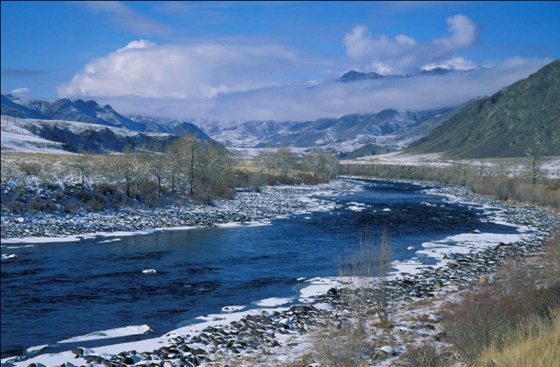 Cliquez sur le drapeau de la République de Touva, symbolisant la réunion de ses deux principaux cours d'eau pour former l'un des grands fleuves russes ?