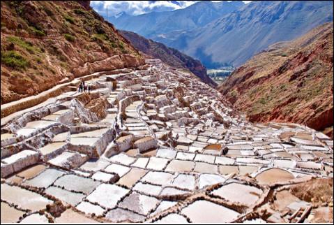 Quel est le nom de ces salines péruviennes millénaires, composées de plus de 4 000 bassins à plus de 3 000 m d'altitude ?