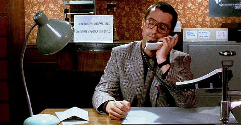 """Dans le film """"Le père Noël est une ordure"""", comment s'appelle le nom de l'association dans laquelle travaille Pierre et pour laquelle des gens l'appellent au téléphone ?"""