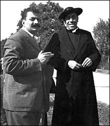 À Brescello, dans la plaine du Pô, la rivalité est permanente entre le maire communiste Gino Cervi et le curé de choc Fernandel qui parle quotidiennement au Christ du maître-autel de son église.Julien Duvivier, 1952.