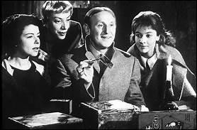 Georges Lachaunaye (Bourvil) appartient à une vieille famille aristocrate désargentée pour laquelle il n'est pas imaginable d'exercer un travail. Il faut cependant bien se nourrir. En pillant les troncs d'église, par exemple...Jean-Pierre Mocky, 1963.