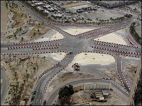 Dernière question ! Direction le Bahreïn, une petite île. Cette place qui a l'air tranquille a l'air bien vide... Que se trouvait-il au centre du rond-point avant 2011 ?
