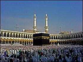 Visitons l'Arabie Saoudite. La Mosquée al-Harâm, située à La Mecque et qui abrite en son centre la Kaaba, le plus important sanctuaire de l'islam est la deuxième plus grande mosquée au monde.