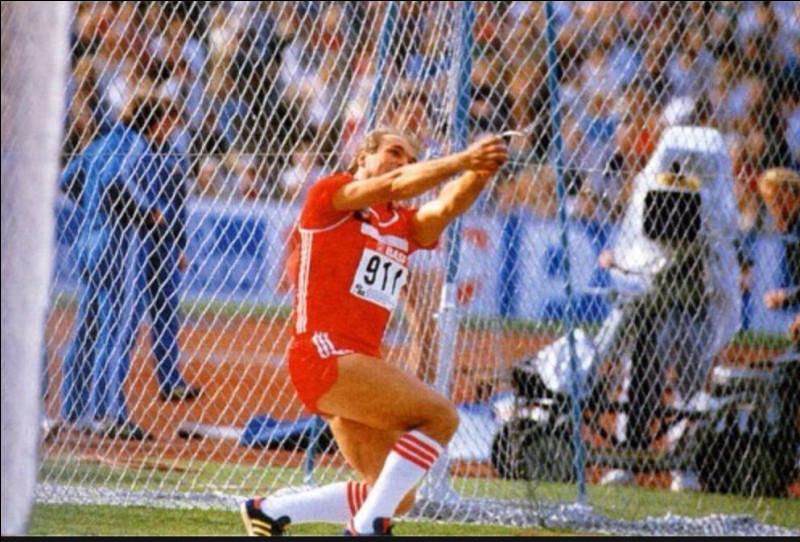 Quel athlète soviétique détient jusqu'à ce jour, le record du monde du lancer du marteau avec un jet à 86,74 m, obtenu en 1986 à Stuttgart ?