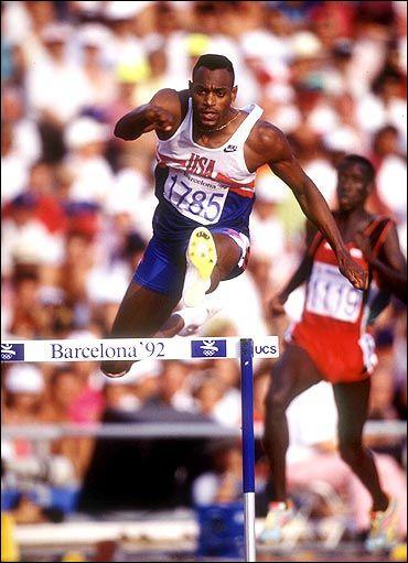 Détenteur du record du monde et record olympique du 400 m haies, quel est cet ancien athlète américain surnommé l'araignée ?