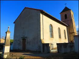 Nous sommes encore dans le Grand-Est, cette fois devant l'église Notre-Dame de Puttigny. Petit village du Saulnois, il se situe dans le département ...