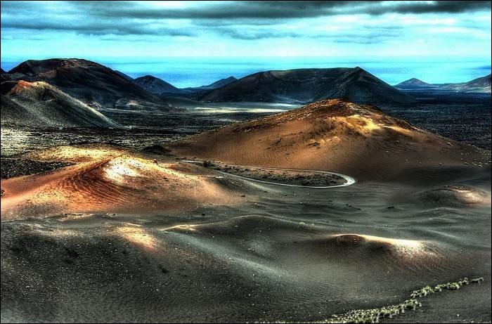 Il rêvait, enfant, d'être libre comme un gitan, il voyait des plages de sable noir où couraient des chevaux sauvages, il dessinait dans ses cahiers, les sentiers secrets des montagnes d'Espagne...