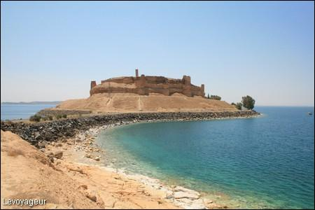 Dans quel pays se trouve le lac artificiel d'Assad, créé suite à la construction d'un barrage ?