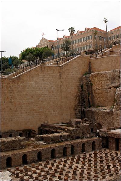 Dans quelle ville détruite par la guerre a été engagé dans les années 90 le plus grand chantier de fouilles archéologiques du monde ?