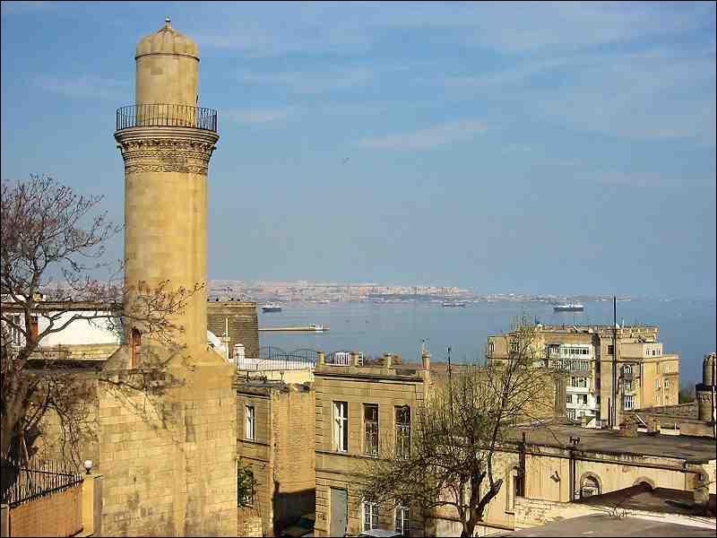 Quelle mer, sur laquelle donne Bakou, recèle des milliards de barils de pétrole ?