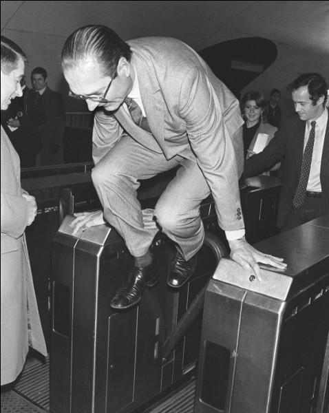 Quelle expression souvent utilisée par Jacques Chirac, aurait été utilisée pour la première fois en novembre 1987, durant la Première cohabitation, en réponse aux critiques émises par le président de la République François Mitterrand ?