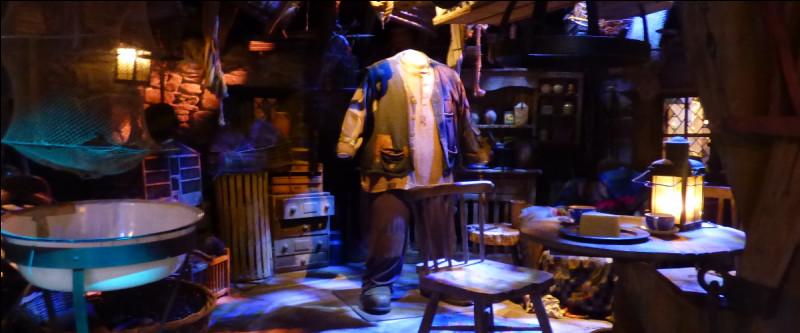Sans transition, la cabane de Hagrid est plantée là, dans son intégralité. On ne peut pas y rentrer, mais on se délecte du spectacle ! Que voit-on posé sur la table ?