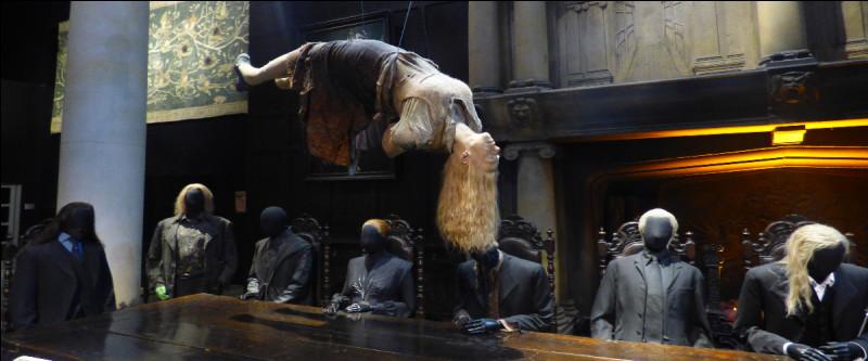 En face de la statue macabre, la scène du manoir dans son intégralité… Croyez-moi ça fait vraiment PEUR. Quel est le deuxième personnage à partir de la gauche ?
