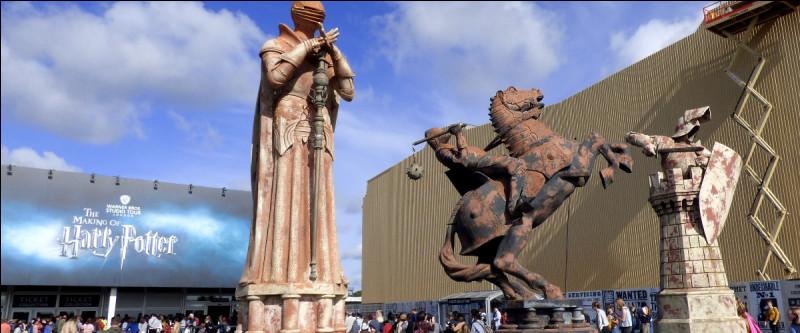 La visite commence dès le parking extérieur, où trois statues gigantesques nous laissent déjà de marbre. D'où viennent-elles ?
