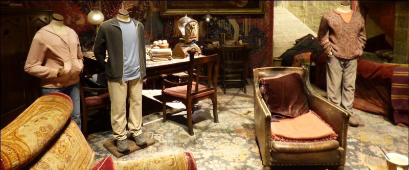 On enchaîne logiquement avec la salle commune, drapée et cosy, dont les trois mannequins portent encore…