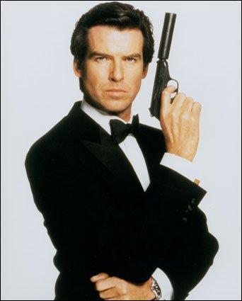 Il est également connu par son matricule, 007, c'est un agent secret :
