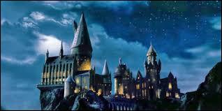 Comment les élèves de première année se rendent-ils de la gare au château ?