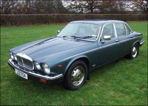 Berline de luxe de la firme de Coventry, cette auto partage un bon nombre d'éléments avec la Jaguar XJ6. Saurez-vous me nommer la voiture en illustration ?