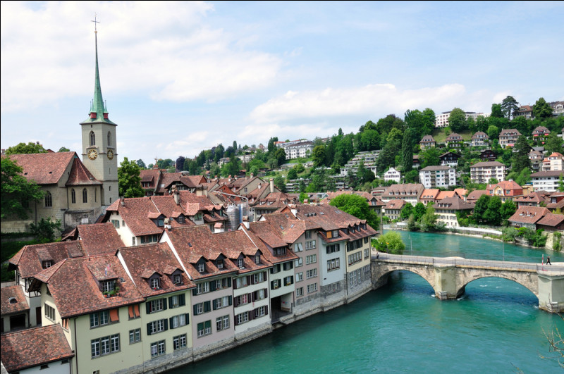 Quelle ville arrosée par l'Aar, est la capitale de la Suisse ?