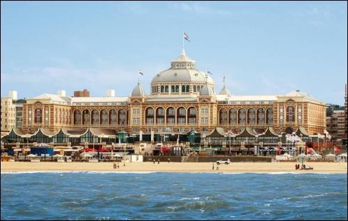 Près de quelle capitale se trouve la plage de Scheveningen ?