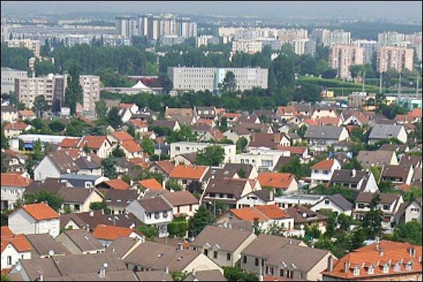 Ville de 50 000 habitants du département de Seine-Saint-Denis, ancien village de la plaine de France qui a connu un développement démographique spectaculaire durant les années 1960 et 1970 :