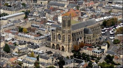 Ville de 28 000 habitants du département de l'Aisne, ville épiscopale et ancienne capitale des rois mérovingiens :