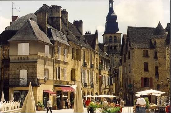 Ville de 9 000 habitants du département de la Dordogne, située dans le Périgord noir, aux confins des causses du Quercy :