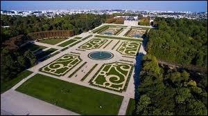 Ville de 19 000 habitants du département des Hauts-de-Seine, célèbre pour son vaste parc dessiné par Le Nôtre :