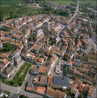 Petite ville de 2 500 habitants du département de la Meuse, située dans le nord de la Woëvre et traversée par la Meuse :