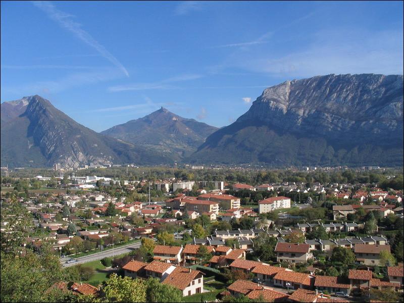 Ville de 11 000 habitants du département de l'Isère, située dans l'agglomération grenobloise, à proximité immédiate des falaises du massif du Vercors, et traversée par le torrent du Furon :