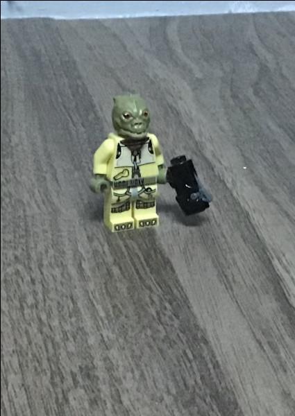 Ce chasseur de primes recherche Han et Chewie. Faites attention à...