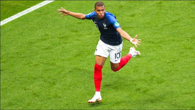 Qui était le sélectionneur de l'équipe de France de football en 1998 ?