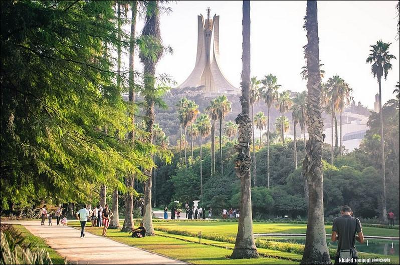 Où se trouve ce jardin botanique avec au second plan un monument célèbre algérien ?