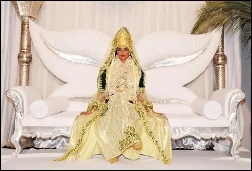 Comment s'appelle cette tenue, parmi les dizaines d'autres, portée lors des mariages algériens ?