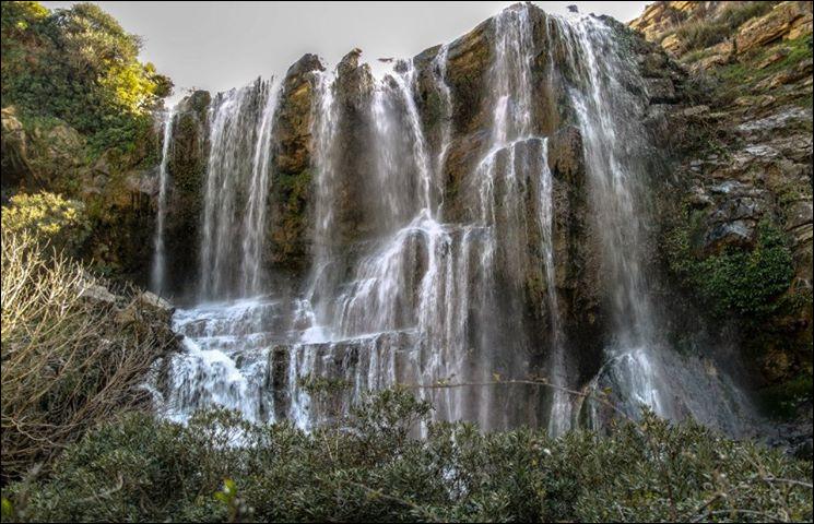 Dans quel pays peut-on admirer les chutes d'eau de la photo ci-dessus ?
