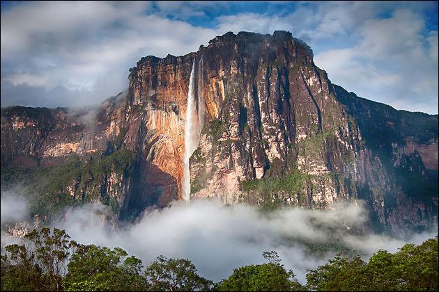 Hautes de 917 mètres et devant leur nom à l'aviateur américain qui les a découvertes en 1933, comment s'appellent les plus hautes chutes d'eau du monde ?