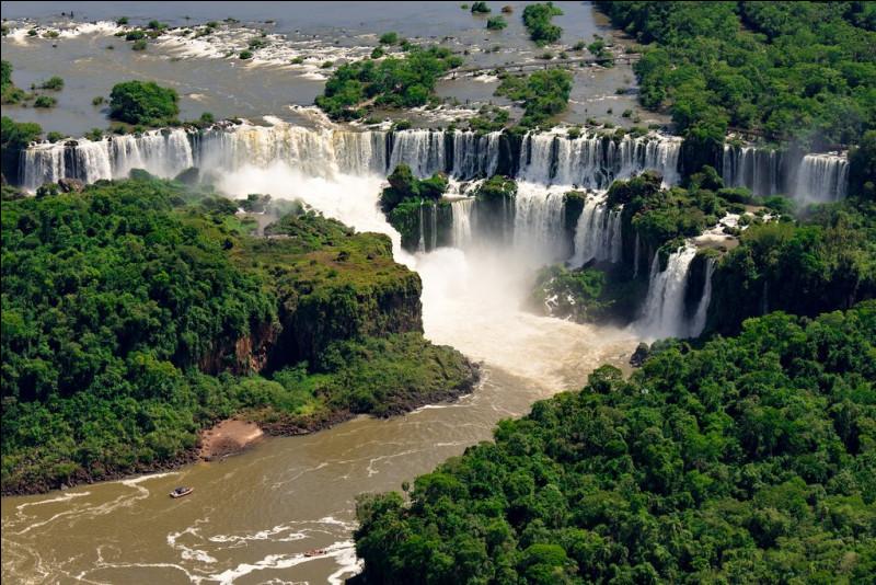 Entre quels 2 pays, peut-on admirer les impressionnantes chutes d'Iguaçu ?
