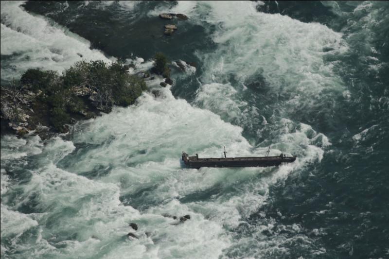"""Dans quelles chutes d'eau, une épave du nom de """"Iron Scow"""" est restée bloquée dans le courant par les rochers depuis 1918 ?"""