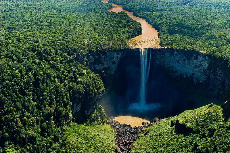 Cinq fois plus grandes que les chutes Victoria et souvent considérées comme le plus belles du monde, dans quel pays se trouvent les chutes de Kaieteur ?